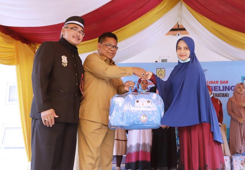 Walikota menyerahkan 513 paket melahirkan untuk kaum ibu