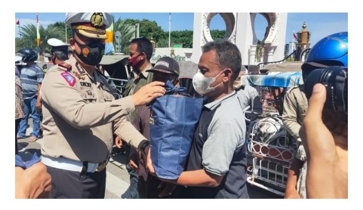 Polri Peduli: Abang Becak Dapat Bantuan Sembako dari Polda Aceh